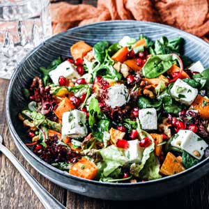Bunter Salat mit Süßkartoffel & Granatapfel