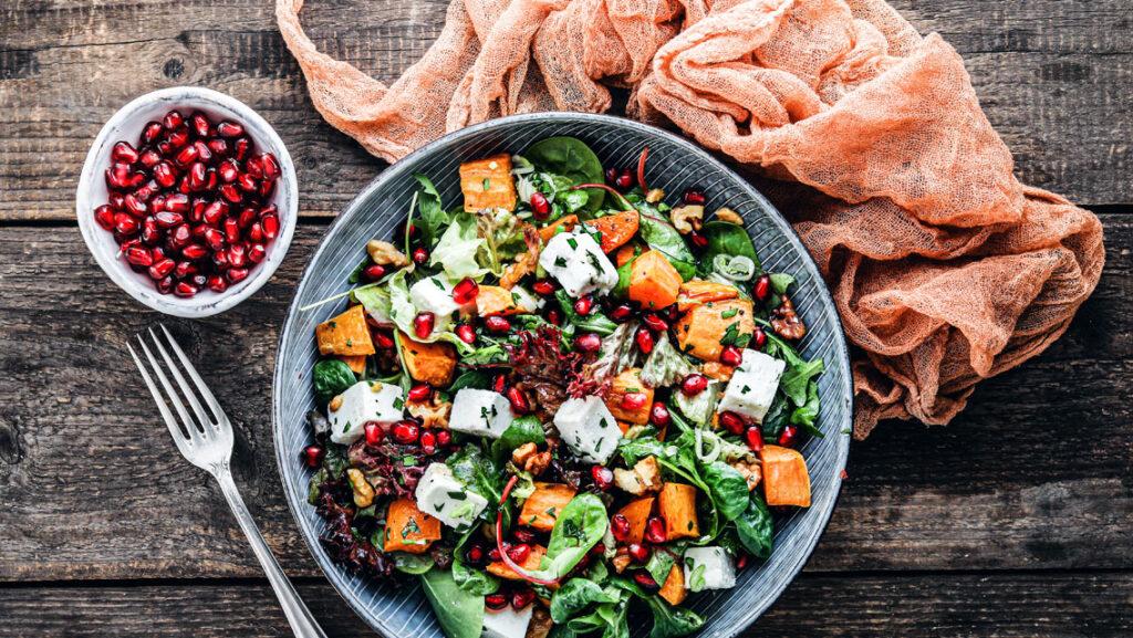 Bunter Salat mit Süßkartoffel & Granatapfel - KptnCook Rezept