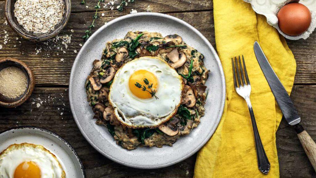 Herzhafter Porridge mit Pilzen, Spinat & Ei - Rezept von KptnCook